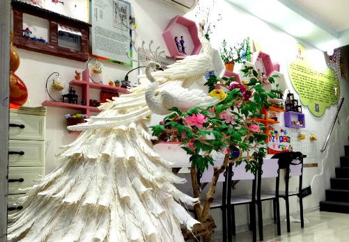 """泰安:""""面塑""""白孔雀高达两米 栩栩如生让人叹服"""