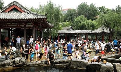 济南高温天气 孩子扎堆泉水直饮点觅凉消暑