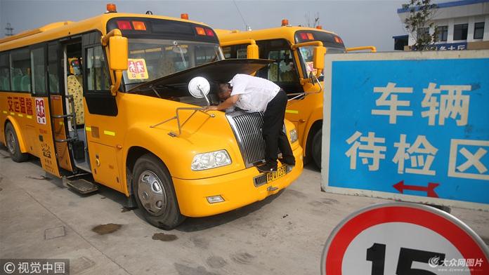"""青岛126部校车暑期""""体检""""迎开学"""