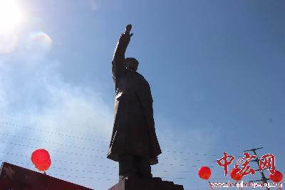 36米高毛主席铜像在邹城后八里沟村揭幕