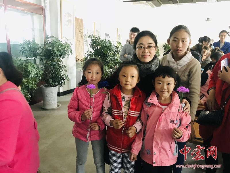 济南理工学校为槐荫区公益讲堂送来冬日绽放的康乃馨