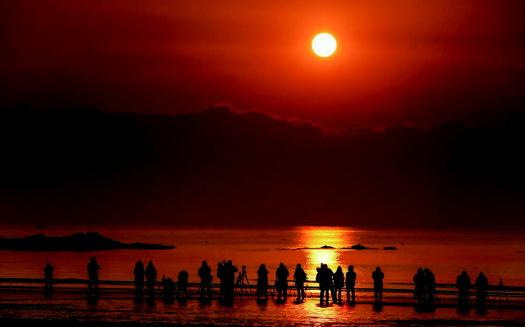 石老人海水浴场红日冉冉升起 市民迎接新年第一缕阳光