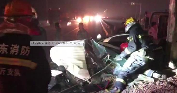临沂一货车侧翻掩埋轿车司机被困 消防徒手扒石子救援