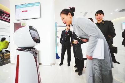 """机器人陪济南人办业务! """"科技范""""让市民更省心"""