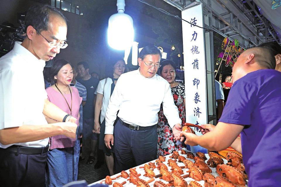 王忠林调研夜间经济发展工作时强调 丰富市民群众生活 大力提升城市品质