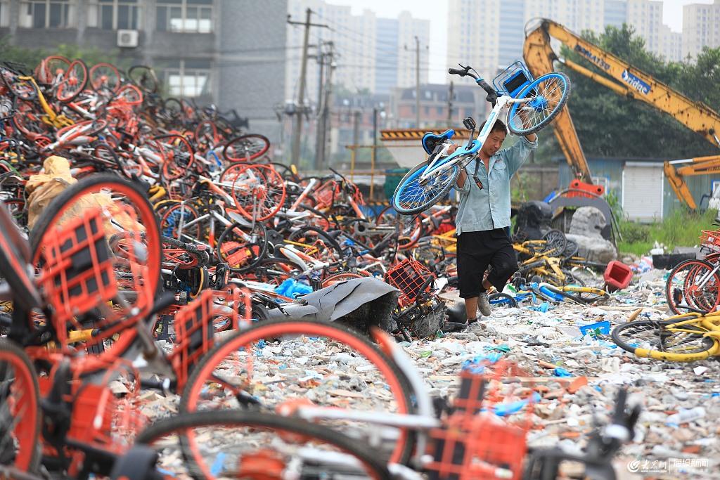 近日,杭州天气变化多端,烈日当空或暴雨如注,随机切换。闷热的天气更是让人喘不过气来,对于各类室外作业项目和户外工作人员都是严峻的考验。在杭州堆积如山的共享单车堆放场,在城市的每一个角角落落,都有这样一群超区巡回员们,他们不管刮风下雨,都在户外长期进行共享单车的搬运工作,像一群蚂蚁默默地忙碌着。