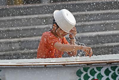 济南:夏日炎热景区喷雾降温 游客泼水乐享清凉