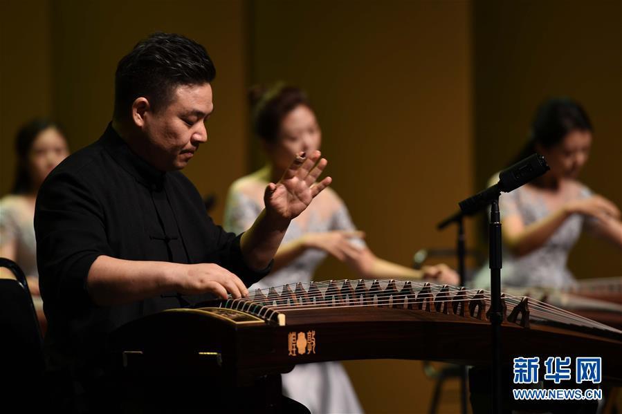 """8月4日,音乐家王中山在弹奏。当晚,首届青岛海洋国际音乐季之""""高山流水""""国乐大师音乐会在青岛举行。新华社记者李紫恒摄"""
