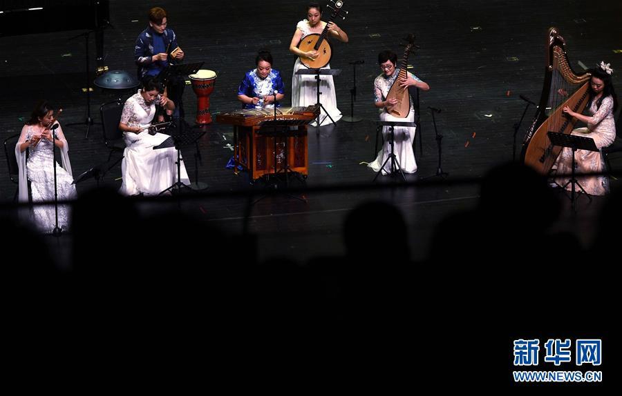 """8月4日,""""艺苑·国风""""重奏组在演奏。当晚,首届青岛海洋国际音乐季之""""高山流水""""国乐大师音乐会在青岛举行。新华社记者李紫恒摄"""