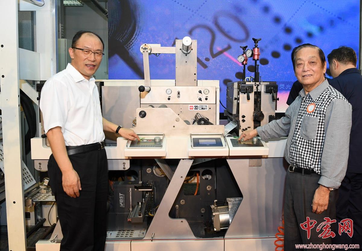 韩美林和邮政集团公司副总经理康宁签批《庚子年》邮票印样ZZY_3293_副本.jpg
