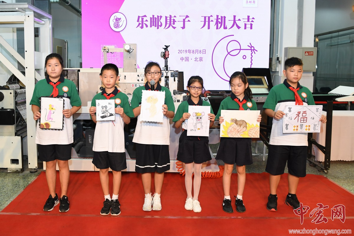 甘露园小学学生展示并介绍鼠年生肖绘画作品ZZY_3020_副本.jpg