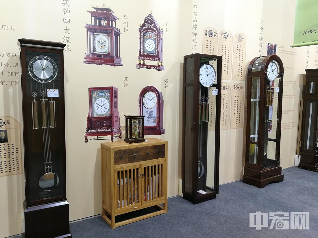 """首届泉城家文化产业展,精心策划""""时光之家""""年代展。展区以""""时光之家""""为主题,将中国四大古典钟派之一,""""烟钟""""的代表品牌""""烟台美时嘉""""的钟表产品作为时间线索的承载,并通过精心搜集的老照片、老物件,展现不同年代家的文化、家的面貌、家的回忆。"""