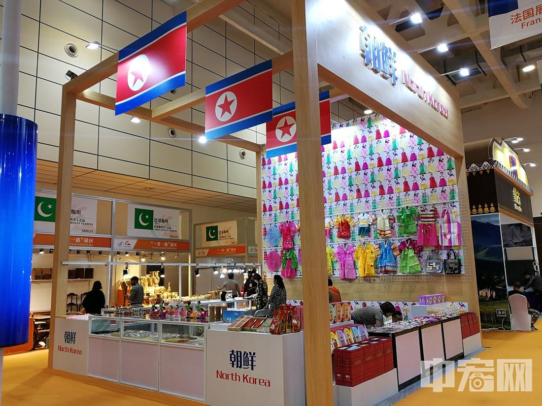 """朝鲜展区重点展示以发展朝鲜特色产业为主打的文化创意型品牌——""""高丽街""""。高丽街践行""""文化创意+特色产业+旅游产业""""融合发展模式,以""""把朝鲜味道带回家""""为品牌理念。"""