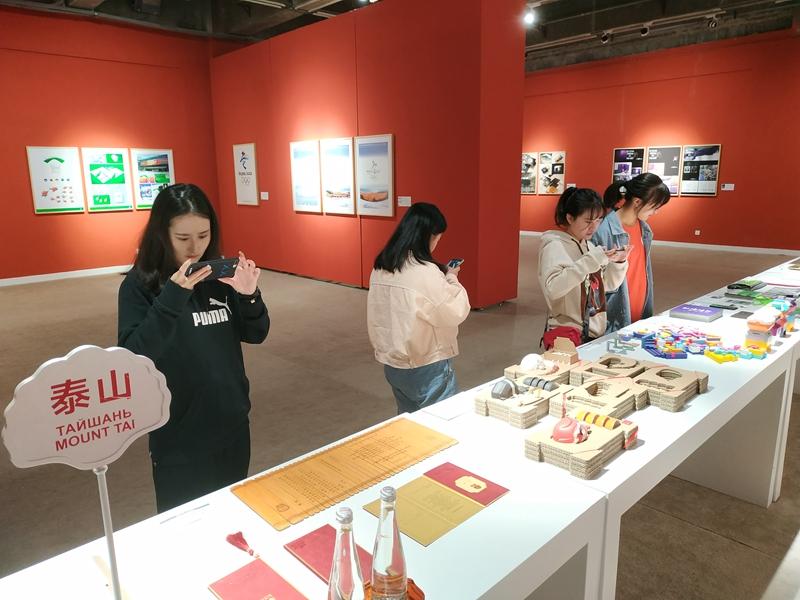 2学生观众关注上合青岛峰会视觉形象系统设计.jpg