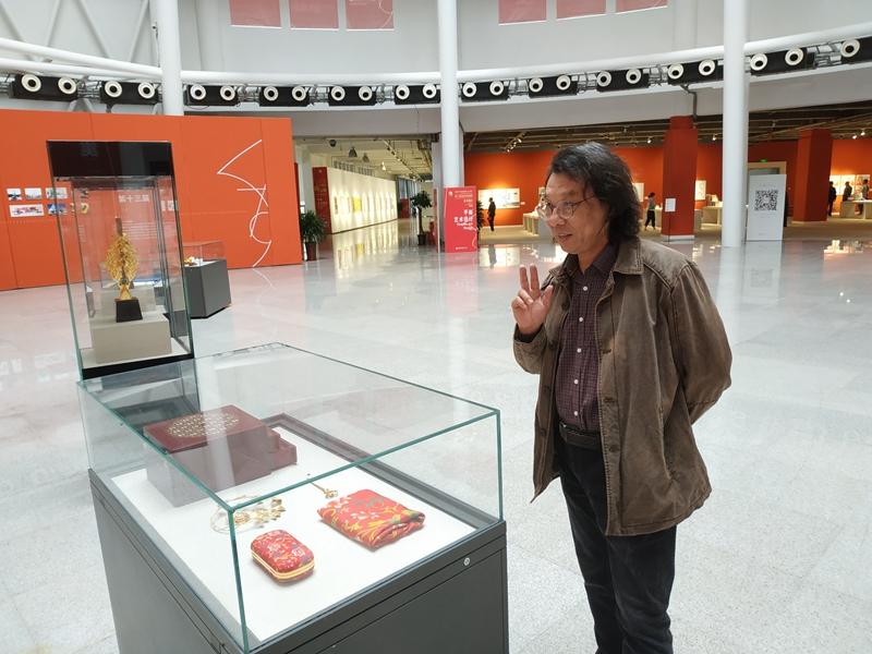 3油画家李宏伟老师第三次来参观艺术设计展.jpg