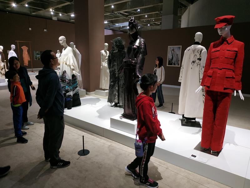 7、全家人欣赏全国美展服装设计作品.jpg