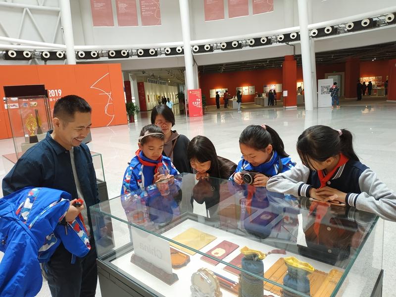 9山师附小的孩子们在观看设计作品.jpg