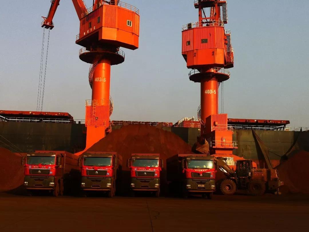 【中国重汽】15台汕德卡自卸车批量交付广西北部湾港口客户