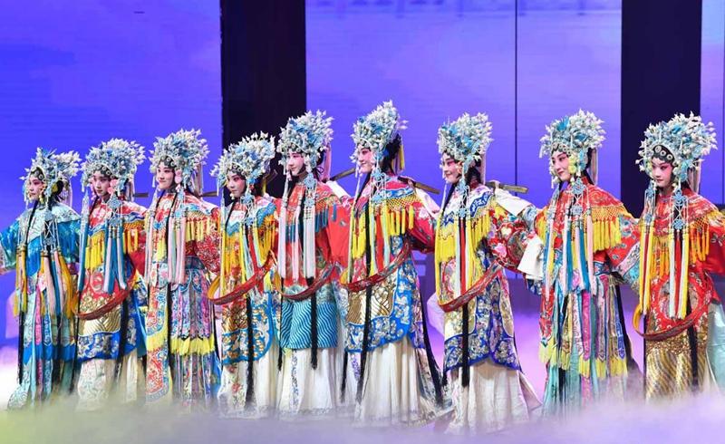 《大羽华裳》,以华丽精彩的表演展现给国际友人。