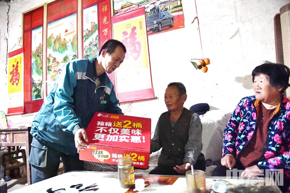 高占喜经常帮助前张村80多岁的老人张兴峰买菜、买药,给老人理发、修剪指甲等 (3).jpg