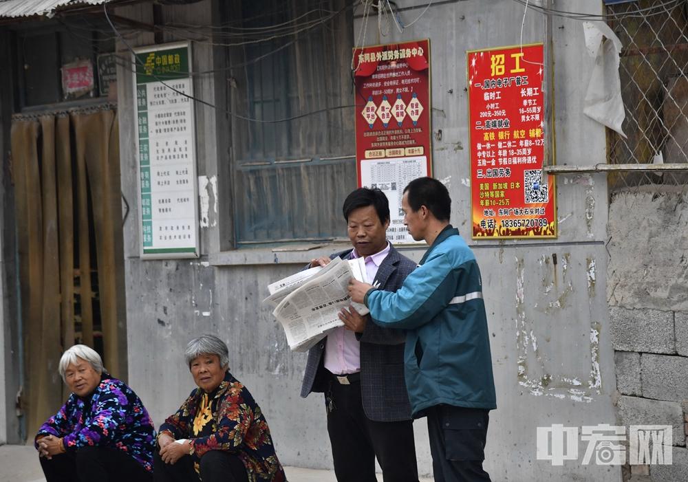 聊城市东阿县黄屯邮政支局邮递员高占喜 投递邮件.jpg