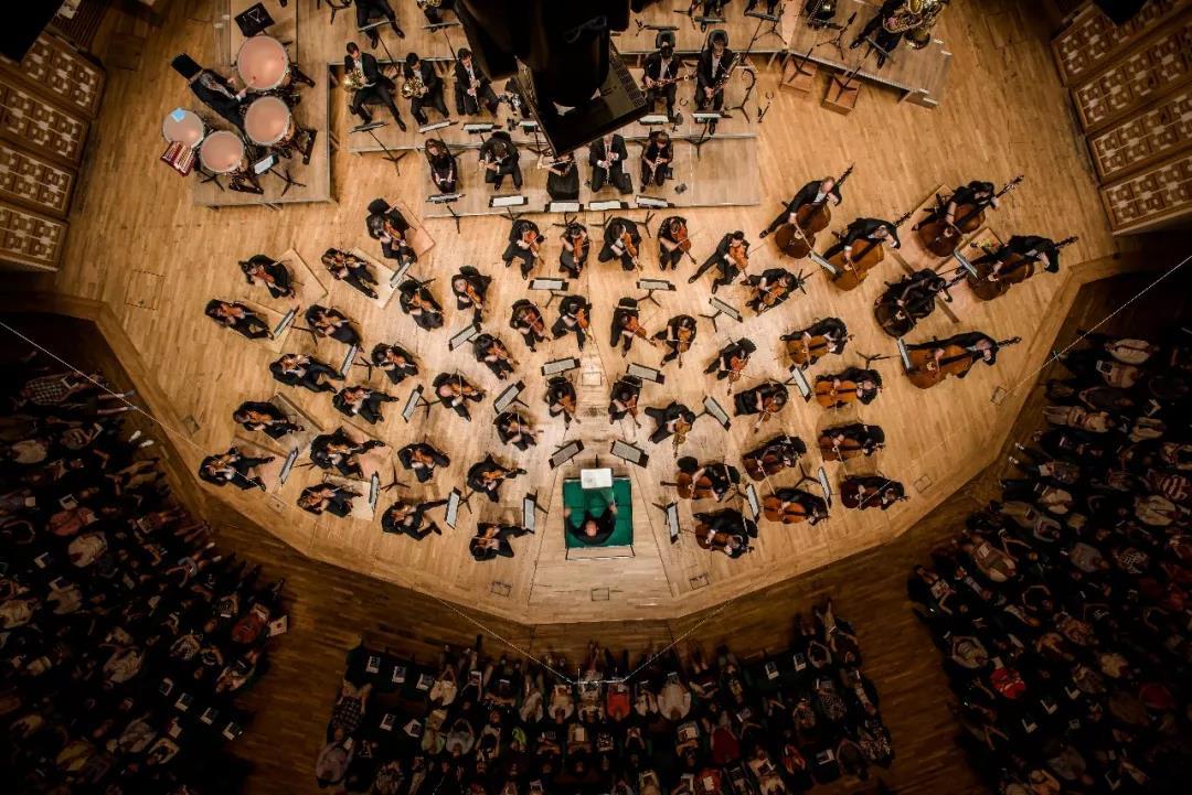 重磅开票!著名指挥家梵志登、香港管弦乐团、旅德青年钢琴演奏家万捷旎携手演绎经典名曲