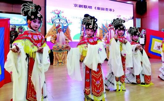 青岛展示特色课程教学成果 京剧进校园带来国粹韵味