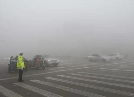 """致敬""""荧光绿"""" 雾霾天聊城交警坚守岗位确保道路安全"""