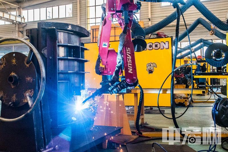 山东汇强重工科技有限公司新型材料自动焊接生产线上,火花四溅。.jpg