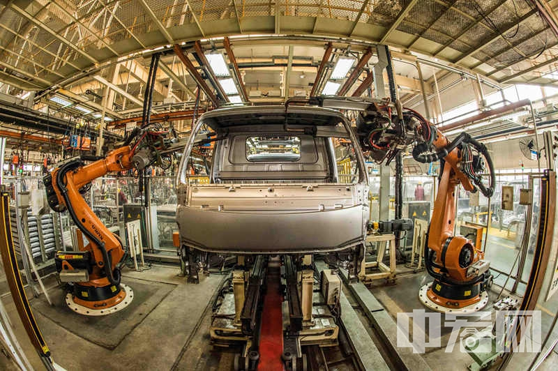 位于青州市的江淮汽车山东分公司焊接车间内,机械手在进行焊接作业.jpg