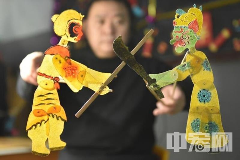 中宏网山东1月1日电 (记者 王博 摄影 王平)为弘扬中国优秀传统文化,坚定文化自信,让非遗走进生活,让孩子们有机会零距离接触了解济南皮影戏艺术。12月31日上午,非遗项目济南皮影传承人李卫老师和妻子、女儿来到济南市历下区第一实验幼儿园,为孩子们带来了精彩的皮影戏。演出前,李卫老师向孩子们介绍了皮影戏的起源、制作工艺等,现场演绎了《孙悟空大战五毒王》,精妙绝伦的故事,激发了孩子们浓厚的兴趣和参与热情。通过表演,孩子们既欣赏了皮影戏,了解了济南皮影戏的历史及发展过程,又近距离感受到中国传统文化的无限魅力。