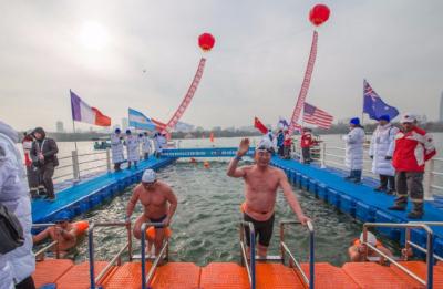 零下7度!千余名选手大明湖体验冬泳