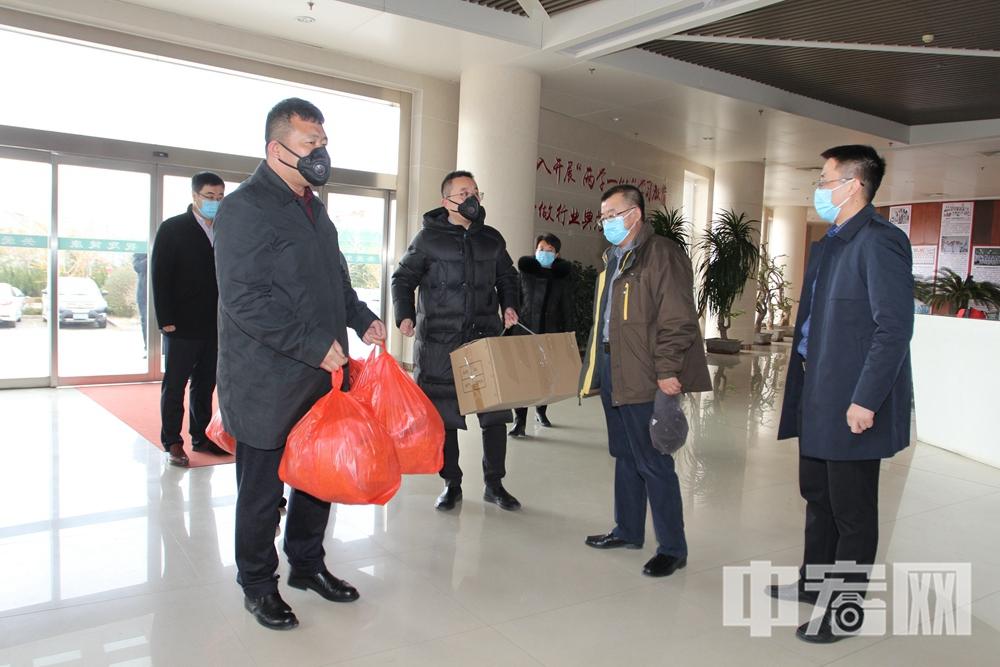 李伟强(左二)将第二批捐赠物资送到莱州市人民医院.jpg