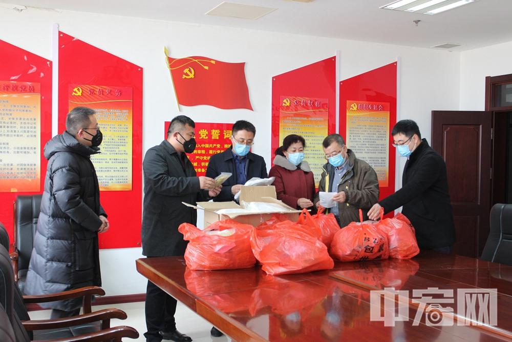 李伟强(左二)将第二批捐赠物资送到莱州市人民医院2.jpg