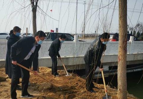 梁山县水泊街道开展义务植树活动