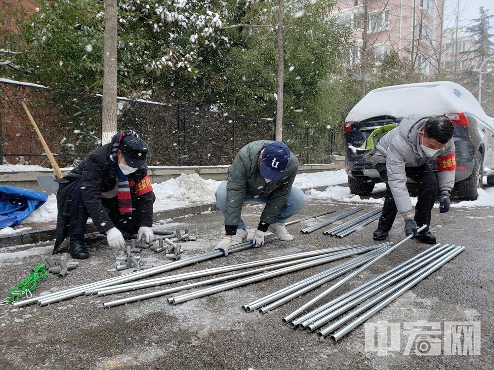 马大春(左)和大家雪中紧急搭建帐篷.jpg