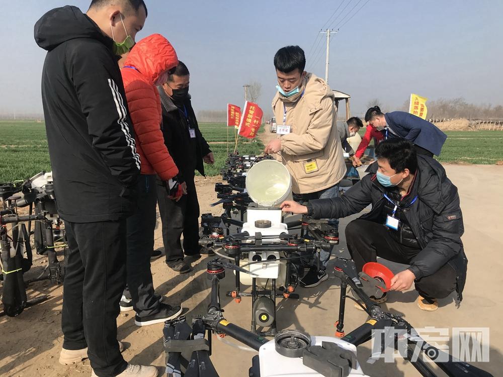 20200311技术人员向 无人机添加飞防用农药.jpg