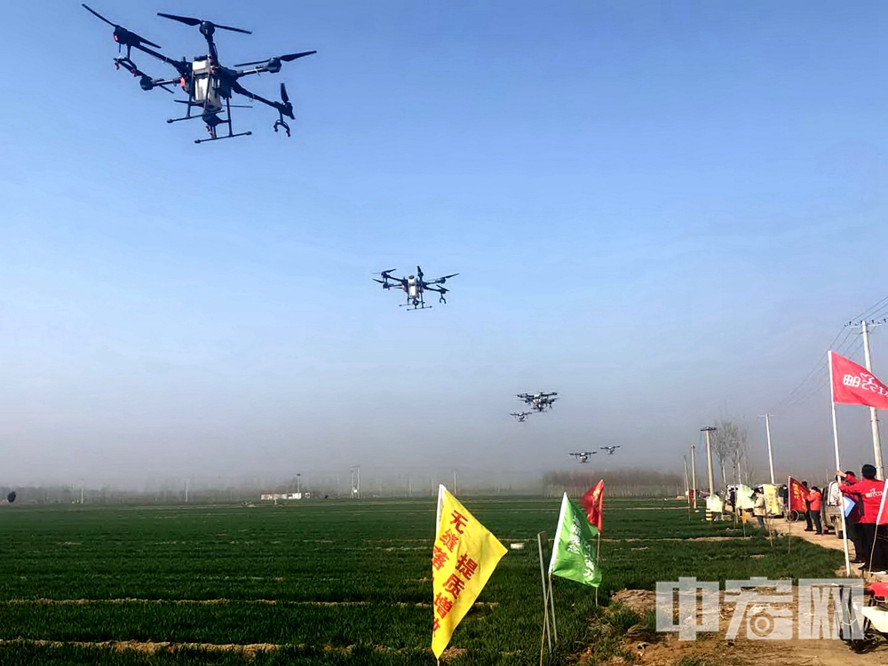 20200311十一架无人机同时起飞,在技术人员的操控下稳定前行 (2).jpg