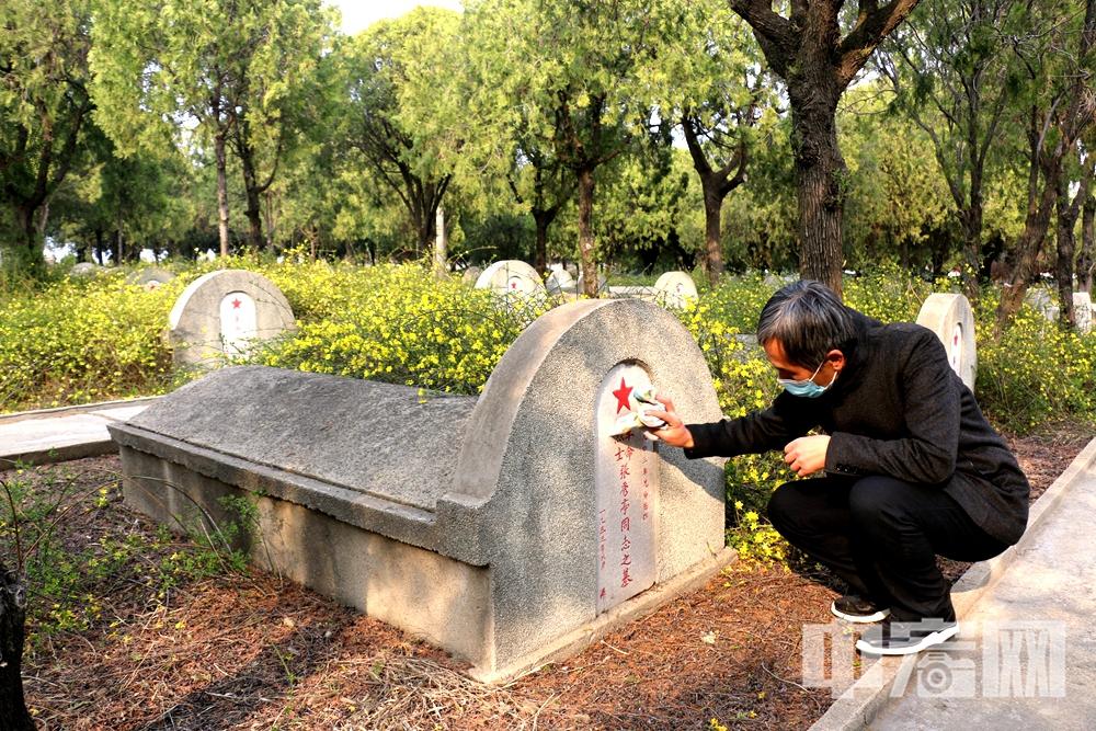 3.31退役军人事务局安排工作人员清洁擦拭1569座烈士墓碑.jpg