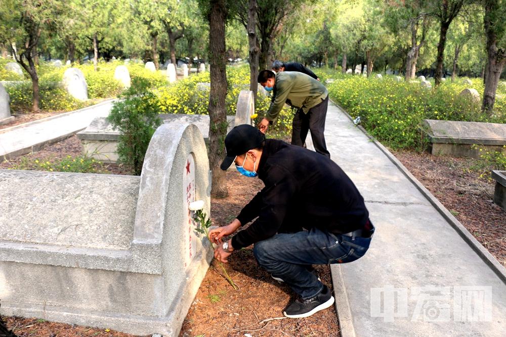 3.31莱州市退役军人事务局工作人员为烈士墓敬献鲜花.jpg