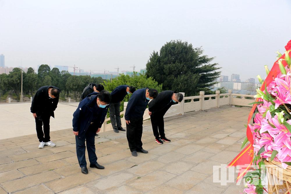 莱州市退役军人事务局党组成员向革命烈士鞠躬致敬.JPG