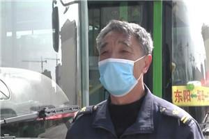 """青州:路遇险情 公交司机变身""""救火员"""""""