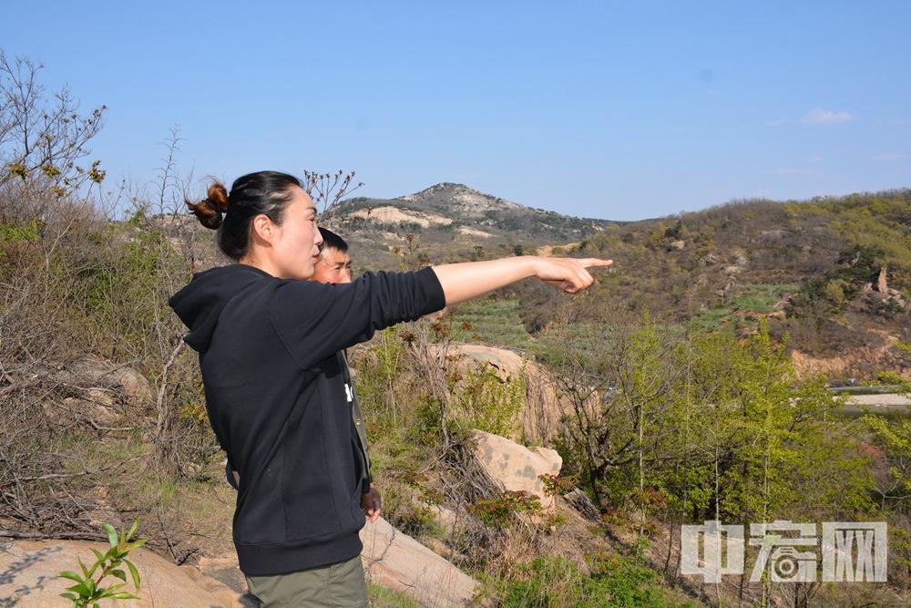 退役女兵张志君和父张殿社在山顶畅想未来规划.JPG