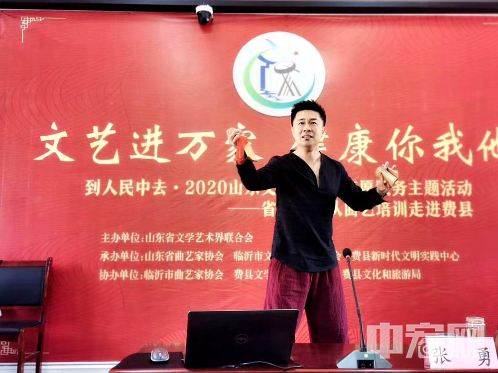 著名青年快板书艺术家,牡丹奖获得者张勇(芝麻),现场展示快板书《井台评功》.jpg