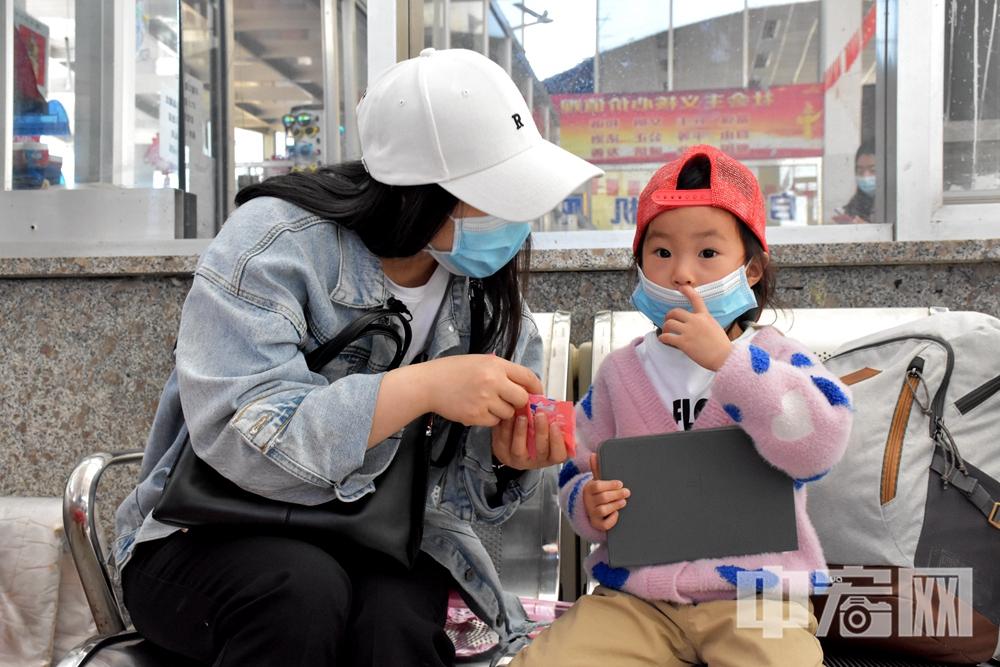 军嫂戴蓉和女儿扭扭在蓬长客港等待开船.JPG