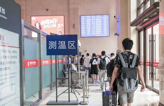 端午假期首日直击 青岛铁路迎来客流小高峰