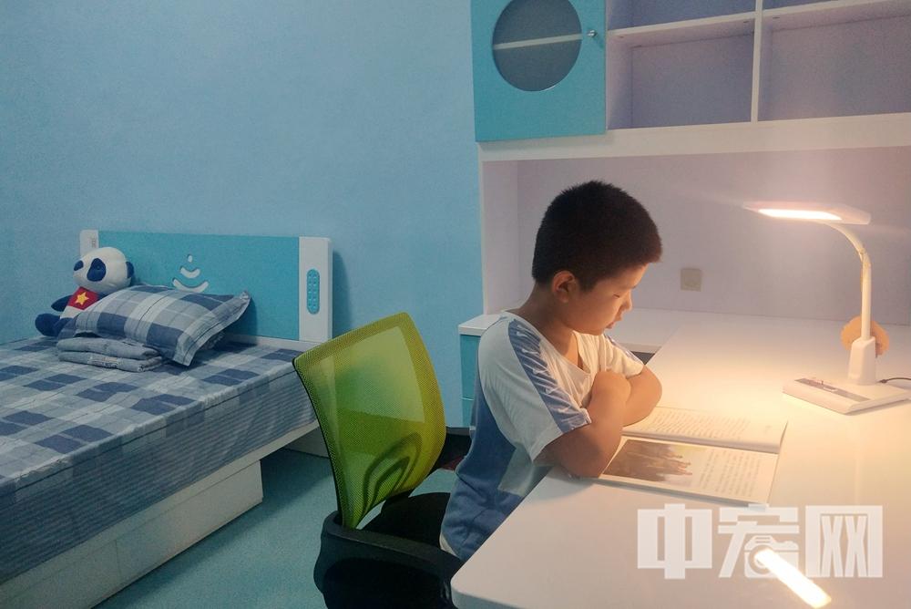 """图片1:受助儿童在新建成的""""希望小屋""""里认真阅读.jpg"""