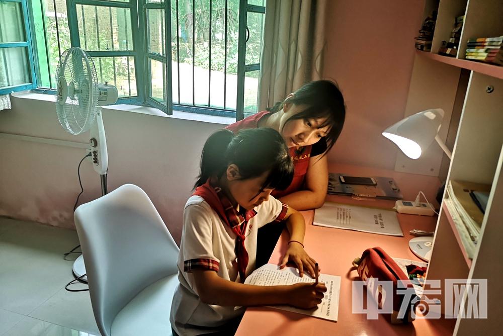 """图片2:爱心志愿者在""""希望小屋""""为孩子辅导功课.jpg"""