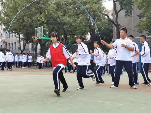 """秋风送爽,""""绳""""采飞扬——济南七中成功举办班级跳绳比赛"""