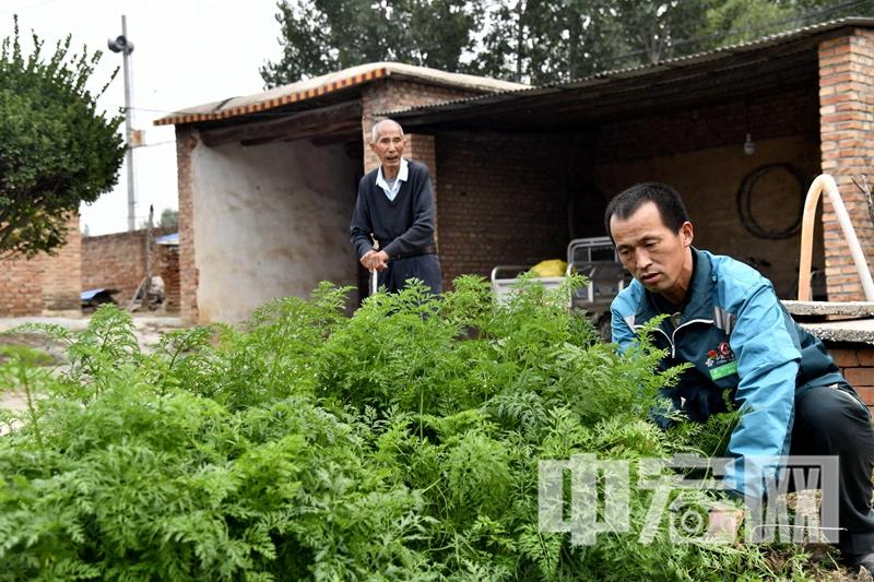 高占喜为东阿县郭庄村村民郭森 提水、扫院、喂老人吃药……  (5).jpg
